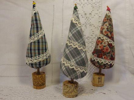 Ces petits sapins en tissus rembourrés décoreront votre maison à Noël, dans le style Shabby chic. J'ai utilisé des chutes de tissus provenant de vêtements recyclés. L'inté - 19214633