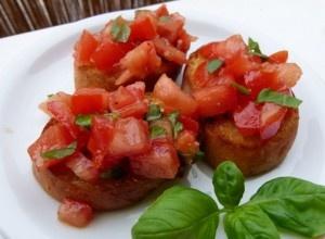 """Ein einfaches, aber überleckeres """"saftiges Stück"""" Italien! :-) Bruschetta gibt es in 1000 verschiedenen Varianten und ist eine ideale Vorspeise, bis dass der Grill so richtig heiß ist …"""