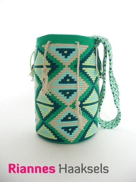 Wayuu mochila 'Driehoek' <3 Haakpakketten zijn verkrijgbaar in mijn webshop --> http://rianneshaaksels.nl/57-wayuu-mochila-driehoek #haken #wayuumochila #RiannesHaaksels