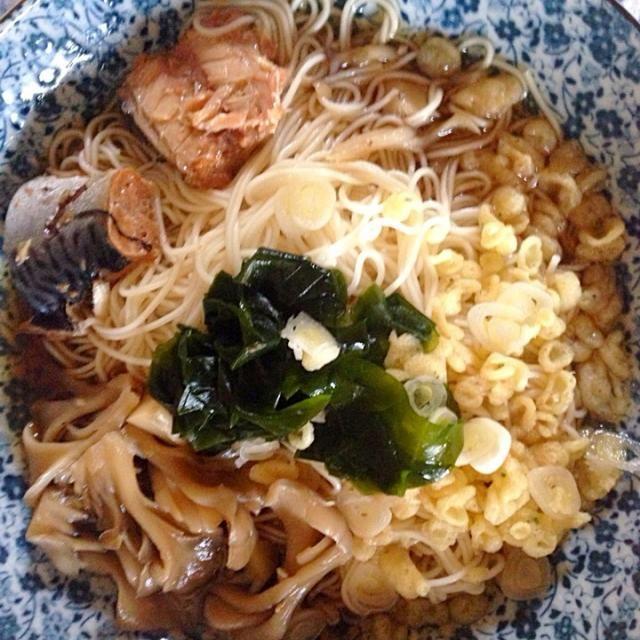 ぶっかけそうめん。 具は舞茸、ワカメ、長葱、揚げ玉、サバ醤油煮です。一皿で食べれるので洗い物が少ないです。一人ご飯に最強。 - 7件のもぐもぐ - そうめん by Yukarisnaka