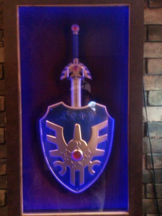 六本木「LUIDA'S BAR(ルイーダの酒場)」、ロトの剣&ロトの盾。