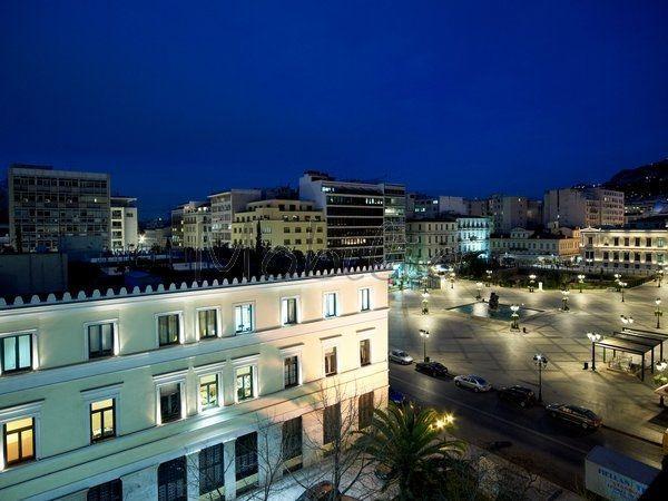 Πώληση Διαμέρισμα Κέντρο. Το διαμέρισμα λοφτ στην Πλατεία Κοτζιά βρίσκεται στον πεζόδρομο δίπλα  από το δημαρχείο της Αθήνας  Έχει πρόσοψη στην Πλ