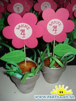 Bloemetjes van cupcakes - Gezonde traktatie, Traktaties - En nog veel meer traktaties, spelletjes, uitnodigingen en versieringen voor je verjaardag of kinderfeest op Party-Kids.nl