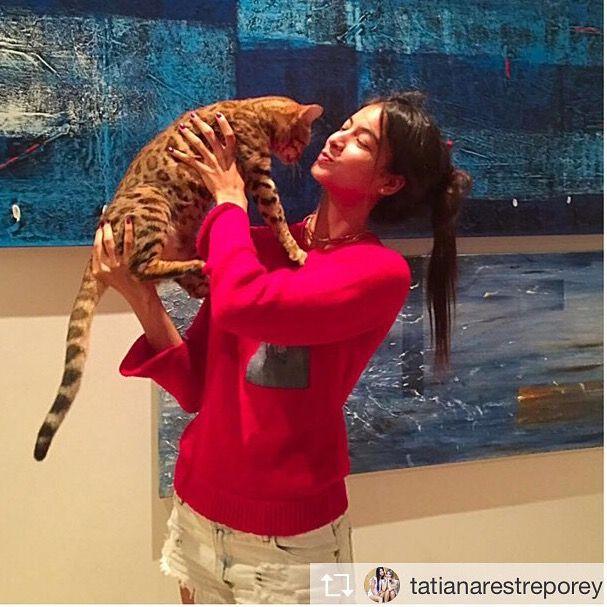 Repost desde @tatianarestreporey: @neim_official me hace muy feliiiiz con mi nuevo buso rojo! Tan feliz que hasta Galilea me quiere abrazar ❤️#whatsyourneim?