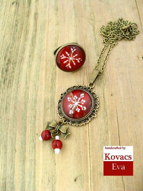 Piros alapon fehér hópelyhes téli nyaklánc és gyűrű ékszerszett, Ékszer, óra, Ékszerszett, Gyűrű, Nyaklánc, Kerek, vintage stílusú kézzel festett hópelyhes nyaklánc fagolyókkal, masnis medállal és hoz..., Meska White snowflakes on red porcelain pendant and ring.Vintage,winter necklace and ring.