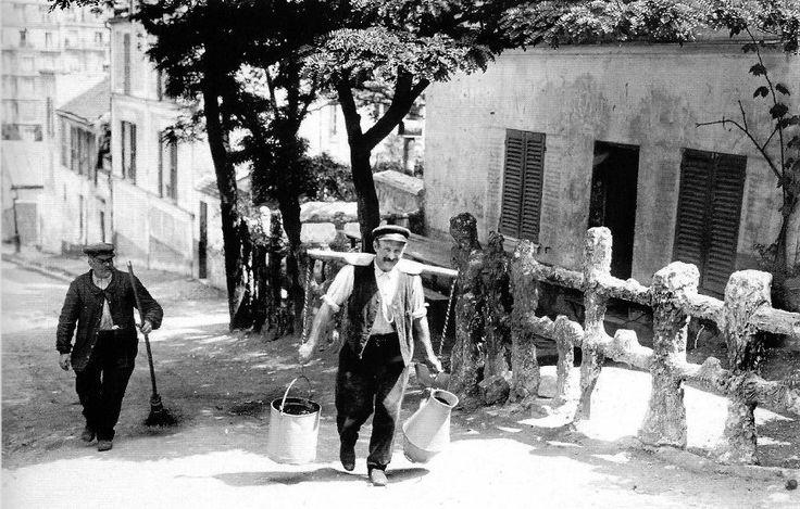 Devant le Lapin Agile, le dernier porteur d'eau de Montmartre. Albert Harlingue 1900s