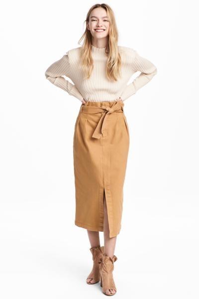 Falda en denim con cintura fruncida, pliegues en la parte superior, tira de anudar en la cintura, bolsillos al bies, bolsillos traseros y abertura delante.