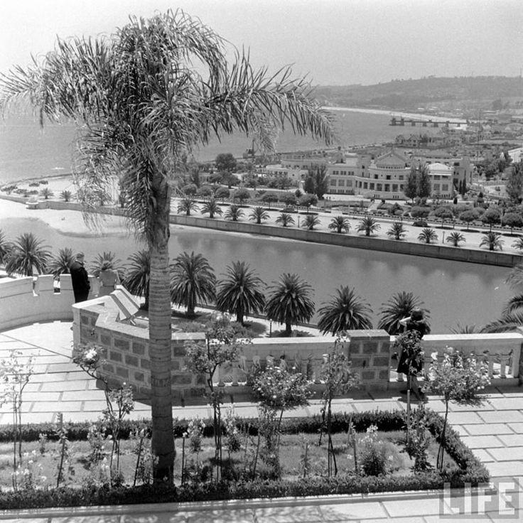 Viña del Mar en 1941: En primer plano, las terrazas del Castillo Brunet construido en 1923, que hoy es propiedad de Carabineros de Chile. Más allá del estero, se alcanza a ver el Casino Municipal inaugurado 11 años antes y el nuevo paseo costero. La fotografía es de Hart Preston.  Taringa.net