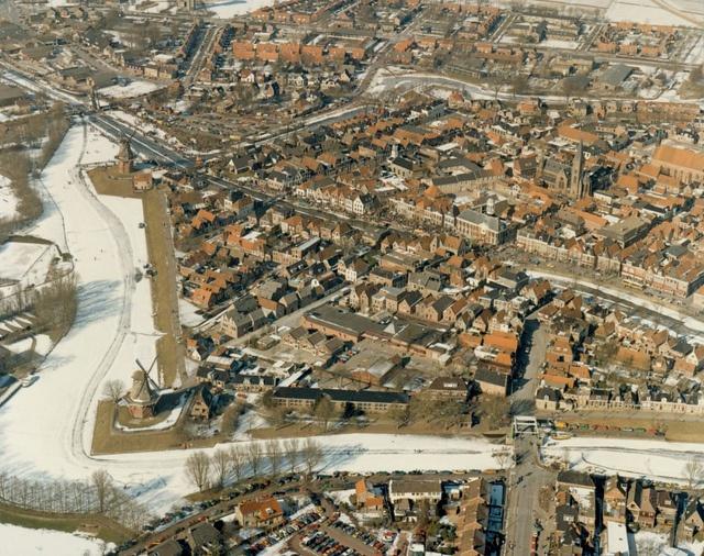 Beeld van de 14e Elfstedentocht. Luchtfoto van een deel van Dokkum.   26 februari 1986