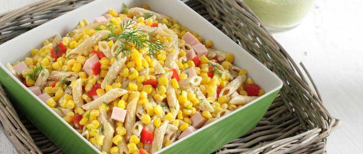Κρύα σαλάτα με πένες, καλαμπόκι, καπνιστή γαλοπούλα σε κυβάκια και σος γιαουρτιού