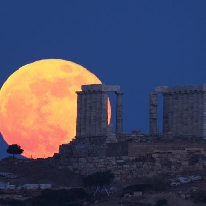 Foto de la Luna y el templo de Poseidón en Sounio, Grecia.  4 de junio de 2012.  Crédito: Elias Chasiotis