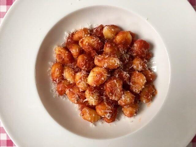 Gnocchi met tomatensaus | Gewoon gnocchi met een hele lekkere tomatensaus & that's it! | Bekijk dit recept op Alles Over Italiaans Eten