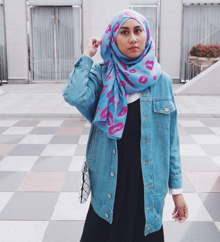 Long oversized denim jacket, lips print scarf