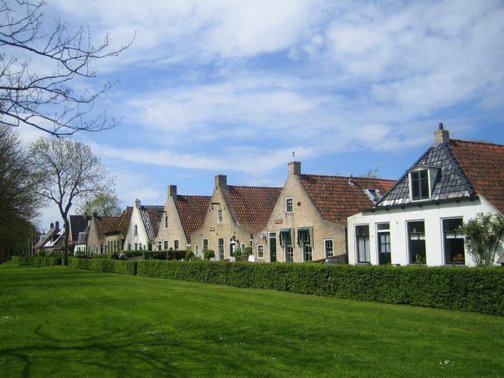 Langestreek Schiermonnikoog. Aan de Middenstreek en de Langestreek zijn de oude 'eilander huizen' van rond 1750 te zien. Ze hebben de kenmerkende vorm die werd voorgeschreven door de eigenaar van het eiland. In de 19e eeuw werden veel huizen door nieuwbouw vervangen. Na 1960 zijn veel eilander huizen als vakantiewoning gerestaureerd. In veel gevallen ging het authentieke karakter verloren.