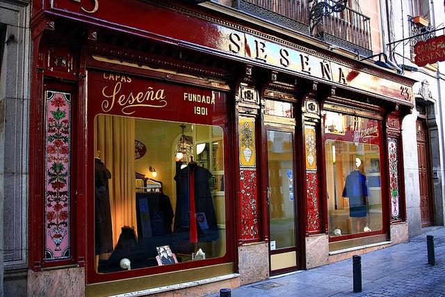 Capas Seseña, 1901. Calle de la Cruz. Madrid by Carlos Viñas, via Flickr