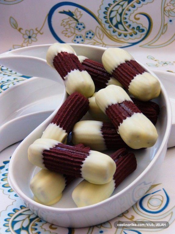 Vynikající kakaové sušenky máčené v bílé čokoládě. Vypadají skvěle z talíře zmizí za pár minut.