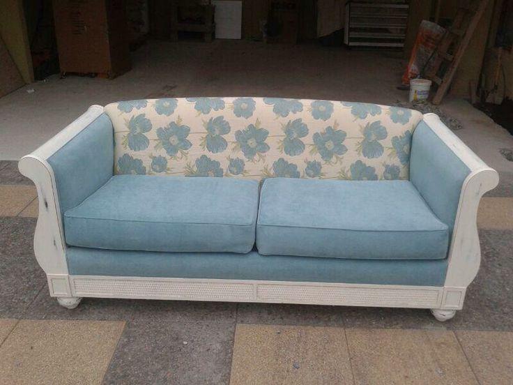 Que hermoso sillón!! felpa de colores suaves y delicados, con flores celestes en fondo blanco!!