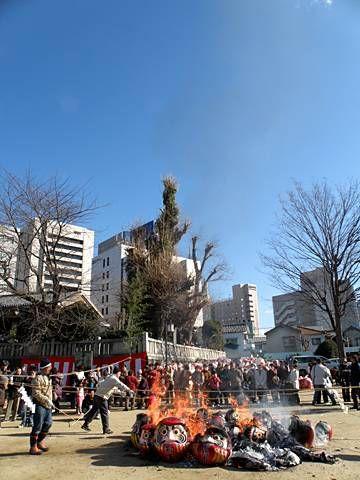 """新春恒例の前橋初市まつりは江戸時代の市(いち)が発祥の伝統行事。毎年1月9日に開催されています。このまつりのオープニングは、本町二丁目の八幡宮で行われる古だるまのお焚きあげ。一年間お世話になっただるまを焼いて供養します。お焚きあげの煙にあたるとご利益があるそうです。咳き込むくらい、たっぷりと煙にあたってきました(^^)だるまや食べ物の露店で埋め尽くされた国道50号線本町通りを中心に約600の露店が軒を連ねます。皆さんは今年、だるまにどんな願いを込めるのかなところで、願掛けをするときに、どちらの目に墨を入れればよいか迷ったことはありませんか?絶対にこうでなければいけないという""""正式な""""決まり事はないようですが、だるまの左目(向かって右)の目に墨を入れるのが一般的です。初市まつり/前橋まるごとガイド前橋コンベンショ...前橋初市まつり"""