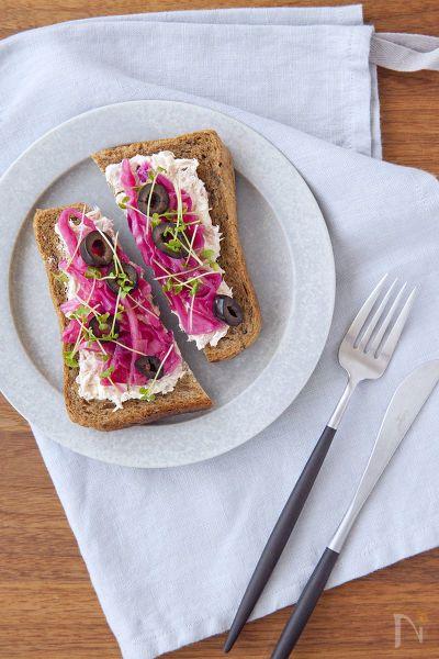 朝ごはんにぴったりのオープンサンド。  紫キャベツのマリネの酸味とツナ&クリームチーズのコクがマッチします♪  サンドイッチにして行楽やお弁当にしても◎