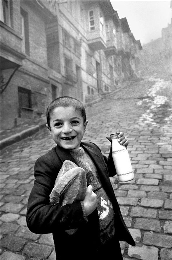 Photographs from Istanbul, a boy with a bottle of milk and breads, photographed by Ara Güler.