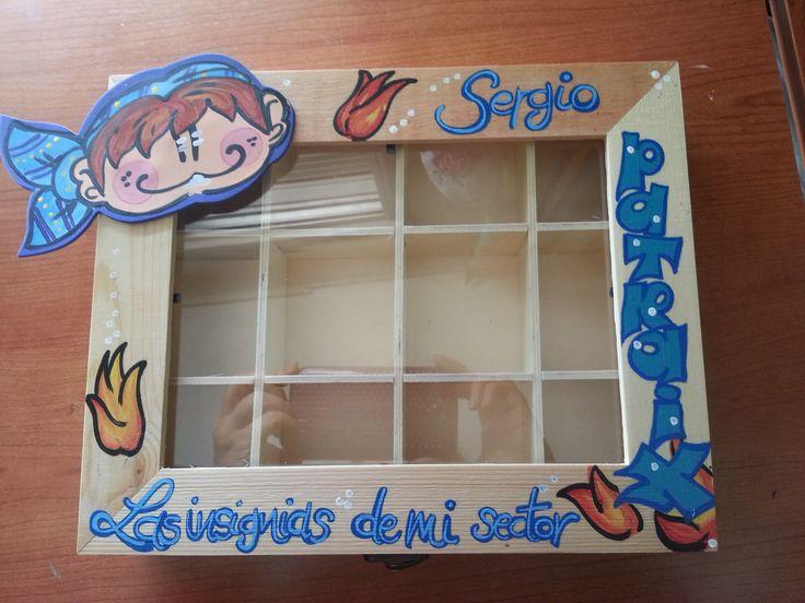 Caja de madera con tapa de cristal. Con varios tipos de compartimentos para meter las insignias de tu año de cargo