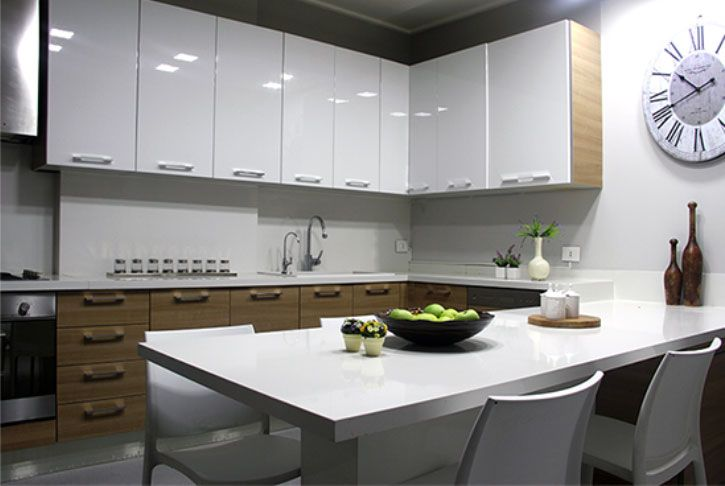 Modern kitchen, warm matte wood lower cabinets play against glossy white lacquer upper cabinets, kitchen designed by decoaid