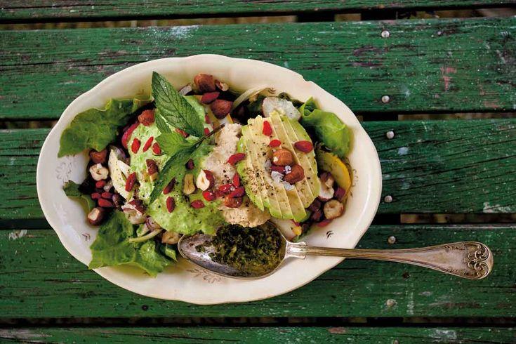 En mättande sallad som verkar vara favoriten på Sallys restaurang. Går att variera i oändlighet förstås, men Sally använder alltid minst en baljväxt och grönsaker efter säsong som hon marinerar i den örtiga dressingen. För 2 personer behöver du: Örtolja (se recept nedan) 2 rågade msk grön ärthummus (recept nedan) 2 rågade mask kikärtshummus (recept nedan) 2 dl kokta gröna linser (gärna puylinser) 1 näve rädisor, tunt skivade 1/2 zucchini, tunt skivad 1 näve babyspenat 1/2 rödlök, tu...