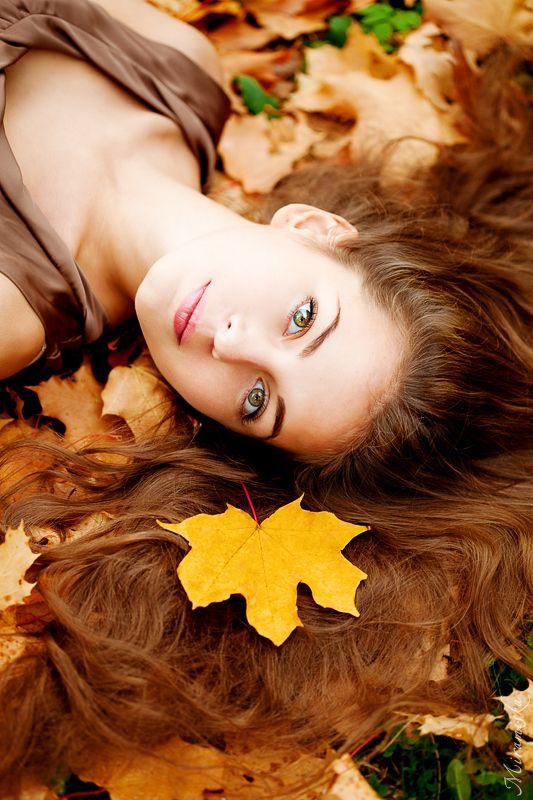 Idée de pose pour Lisbeth (plus âgée): cheveux étalés, feuilles enchevêtrees.