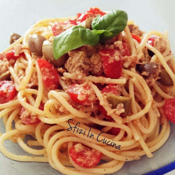 Sfizi in cucina | Spaghetti con Tonno, pomodorini e olive condite alla siciliana.