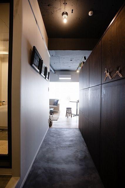 玄関からリビングまで続く墨モルタルの土間の廊下