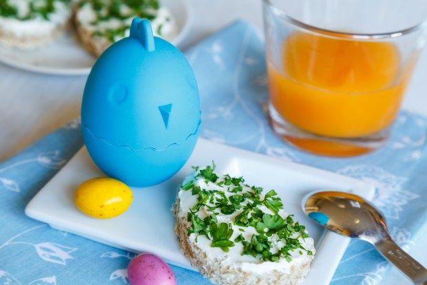 něco pro všechny milovníky vajíček! Silikonový stojánek na vajíčka, který je udrží v teple. A přikládáme i recept na domácí pomazánku, která je skvělá nejen k snídani.