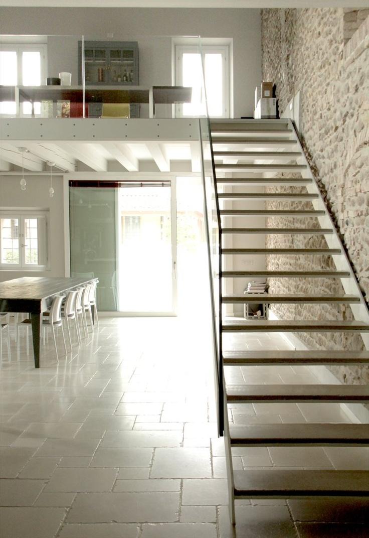 RESIDENZA ESTIVA. Slim glass stair and stringer detail