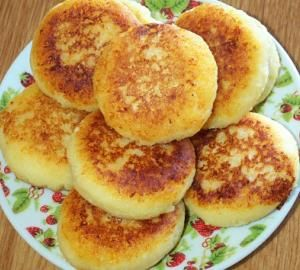 250гр жирного творога растереть с 3 ст.л. сахара и 3 ст.л. муки, добавить 1 яйцо, хорошо вымесить.