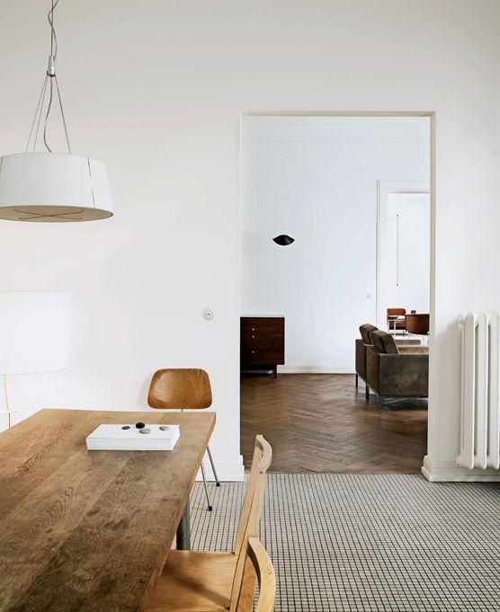 Particolare di due ambienti,sala da pranzo con tavolo in legno e salotto con divano con tappezzeria in velluto. #rifarecasa #maistatocosifacile grazie a #designbox & #designcard #idfsrl