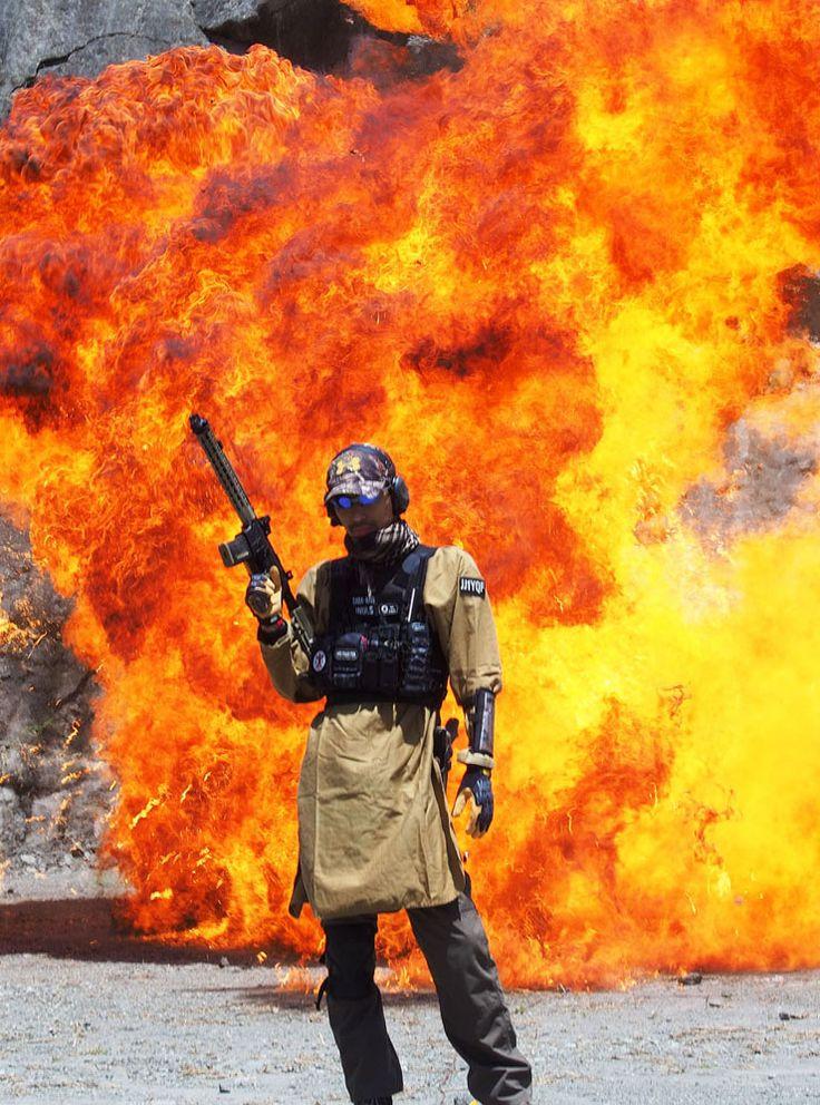 【イベントリポート】爆炎をバックに撮影! 特殊撮影の現場を取材して、なおかつ体験撮影されてみた! | さばなび