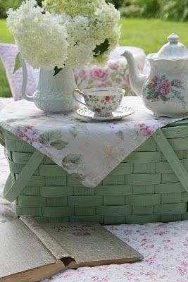 Just love the green picnic basket, teapot, cup and saucer~~~~love~~~~