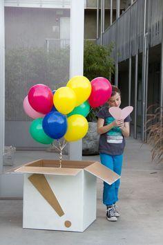 Que tal esta idea para El dia de amor y amistad!! Es super cool y facil de hacer puedes hacerlo en casa! Necesitas una caja y unos cuantos globos, los que quieras inflalos con helio para que se queden arriba y los puedes o pegar a la caja y llenarlo de papel picadura para decorar el interior o puedes amarrarlo a un muñeco o caja de chocolates o lo qe se te ocurra la cierras y listo !