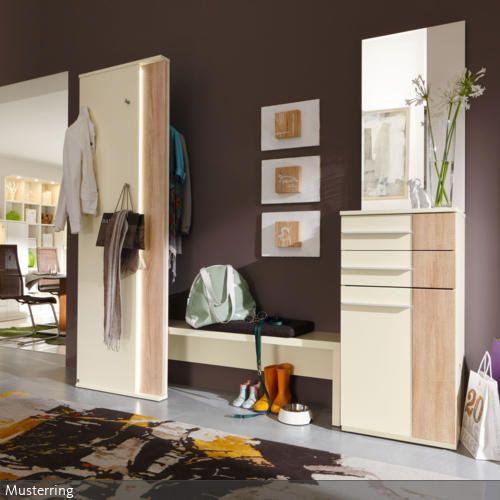 Helle Holzschränke kommen optisch vor einer braungestrichenen Wand sehr gut zur Geltung. Das warme Braun taucht den Raum in ein gemütliches Flair.