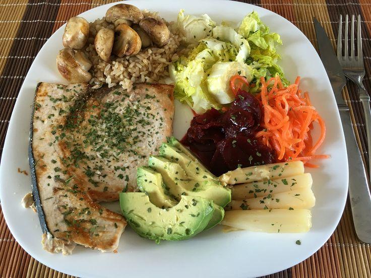 Almuerzo: 220 g de pez espada fresco al corte con ajo y perejil, una lechuga pequeña, espárragos,  zanahoria y remolacha ecológicas. También arroz integral con champiñones.