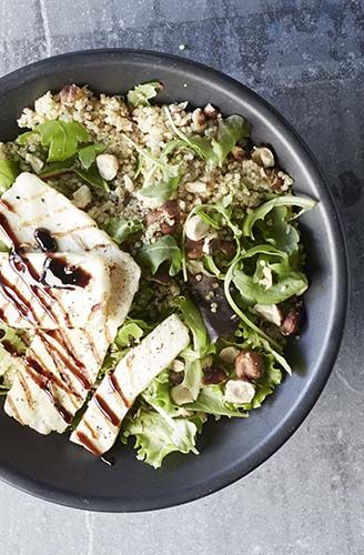 Quinoaslaatje met gegrilde halloumi