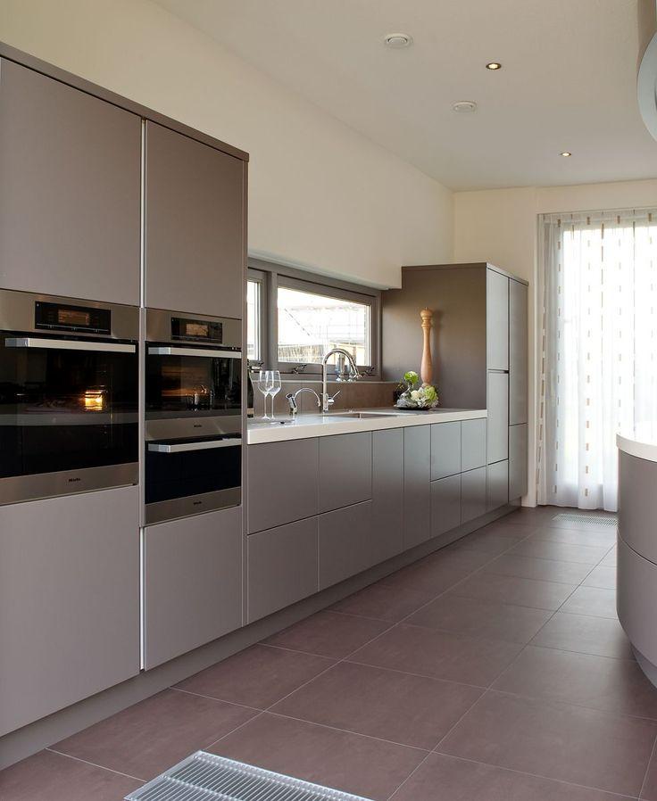 Prachtige grijze keuken. Bijzonder ruim en echte familie keuken. Verder ook nog gebruiksvriendelijk dankzij de automatische laden.