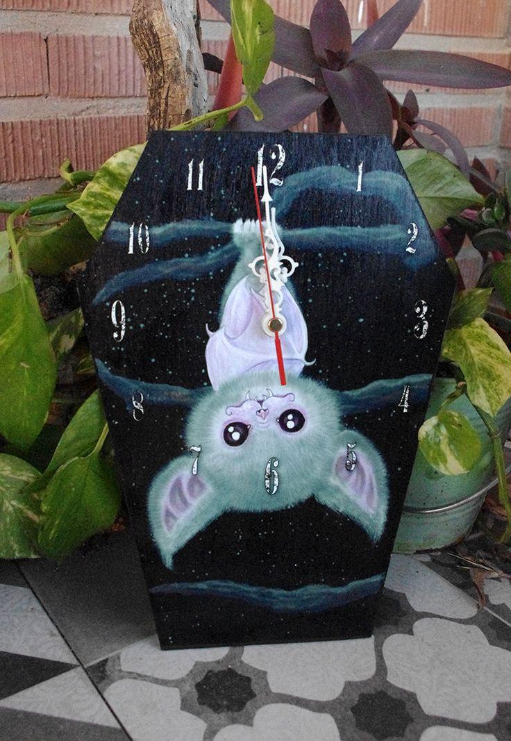 Reloj-ataud de pared Murcielago blanco. Reloj con forma de ataúd. Decoración gotica. de Villaoscura en Etsy