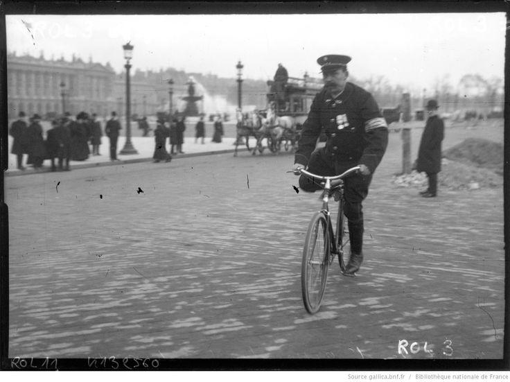 Agent de l'Association générale automobile [homme à casquette sur un vélo] : [photographie de presse] / [Agence Rol] | Gallica