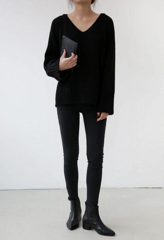 voguerois:     More here  classy minimal #allblackclothing #blackandwhite #minimalism