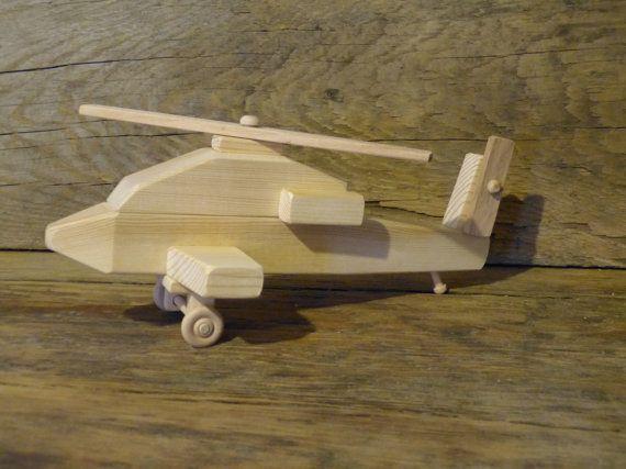 Hecho a mano original helicóptero de juguete de madera de diseño. 12 pulgadas de largo y 5 pulgadas de ancho, girar las ruedas del tren de aterrizaje y hélices tanto (superior y de la cola) a 360 grados. Hélices están hechas de roble para una mayor durabilidad. Hecho de pino, abeto, arce (ruedas), roble (hélices) y pegado con pegamento seguro no tóxico niño. El helicóptero no tiene aceites, manchas o revestimientos aplicados a él. El fondo es madera quemada con mis iniciales CHH y 12 (hace…