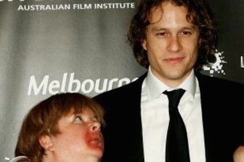 """Reminder Of The Time Heath Ledger Kissed Sharon From """"Kath And Kim"""" At The AFI Awards"""