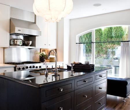 La hauteur à laquelle vous devez placer votre tringle dépend du style et du type d'habillage de la fenêtre, ainsi que de la hauteur du plafond.