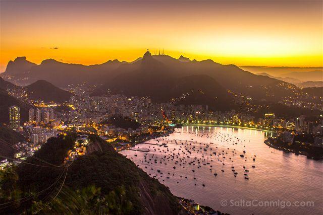 Las luces de la ciudad encendiéndose al tiempo que se pone el sol desde el Pão…