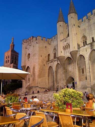 Le Palais de Papes, Avignon,France à 20mn de Blanche Fleur, lieu de réception…