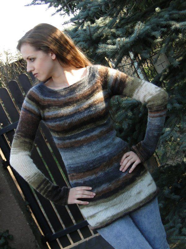 Delikatny sweter wykonany ręcznie na drutach z wysokiej jakości miękkiej mieszanki moheru, wełny i akrylu w ciekawych odcieniach beżu, oliwki, brązu i szarości. Wymiary: długość 77-85cm, szerokość swetra: ok. 42 cm bez rozciągania, dół 46 cm, długość rękawa od podkroju pachy ok. 62 cm, od krawędzi dekoltu 80 cm. Rozmiar: S. Polecam.